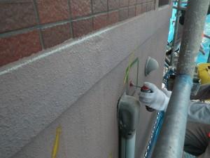 マンション施工前の打診調査及びスプレー缶にてマーキング。