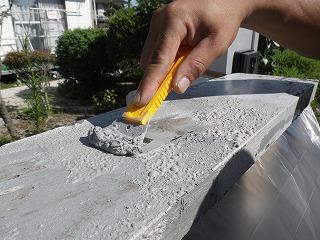 剥離剤を使って元々の塗装面を剥す工程写真。