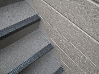 階段部シート張後のコーキング。