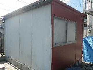 自社倉庫の塗装前の錆止め塗布。