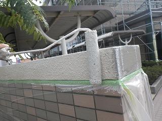マンション入口1階部分の塀シーラー(接着剤)塗布写真!