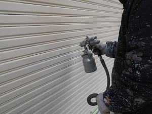 シャッターの塗装吹付工事。