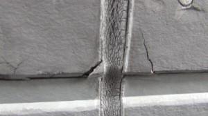 西 外壁 ひび割れ
