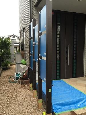 福岡市西区西の丘T様 外構工事【玄関目隠しフェンスの取り付け・ハンギング用メッシュ取り付け・ポストの交換】:施工後