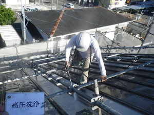 屋根足場で安全に塗装!!