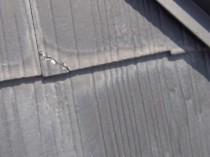 屋根にひび割れ